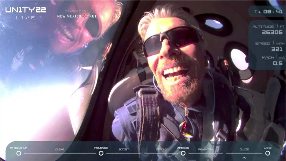 Richard Branson sa úspešne vrátil na Zem po ceste do vesmíru